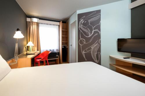 A television and/or entertainment center at Ibis Brussels City Centre