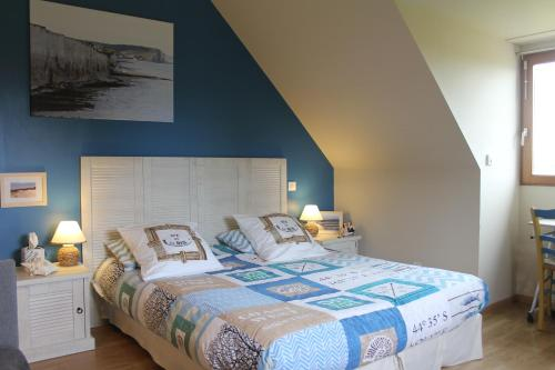A bed or beds in a room at Chambre D'hotes Le Clos Fleuri