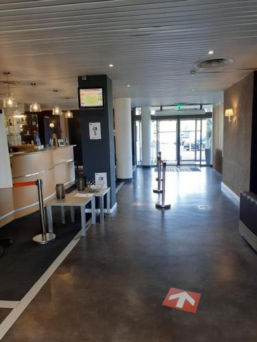 The fitness center and/or fitness facilities at Kyriad Hôtel Orly Aéroport - Athis Mons