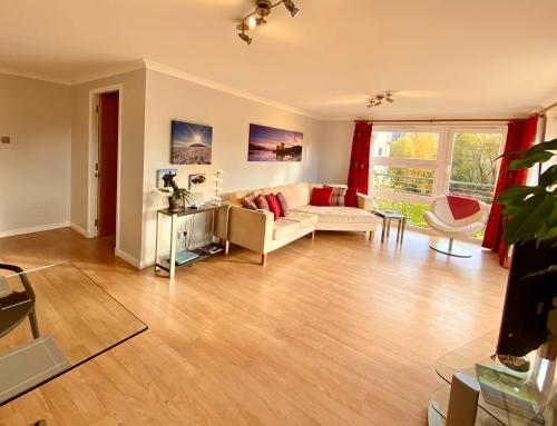 Modern West End Apartment with private parking