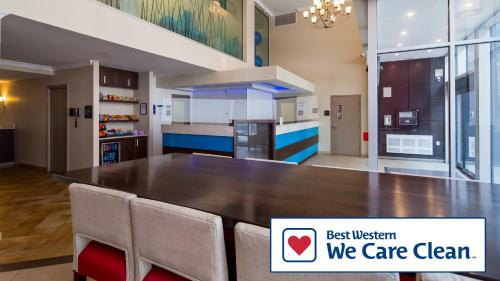 A kitchen or kitchenette at Best Western Plus Hotel Montreal