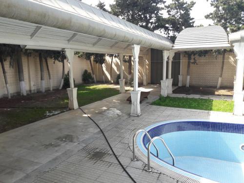 A piscina localizada em Mardakan Cottage House ou nos arredores