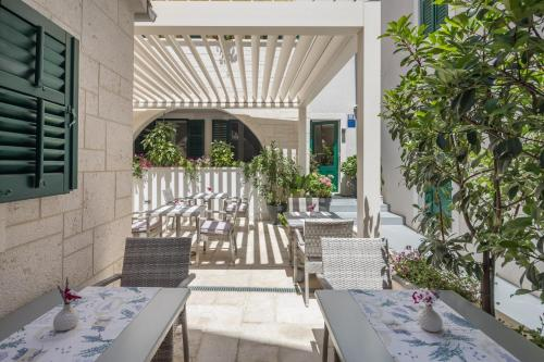A restaurant or other place to eat at Balatura Split Luxury Rooms