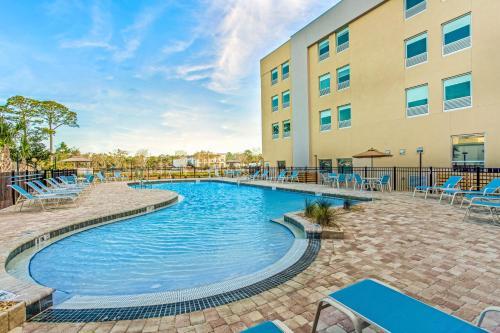 The swimming pool at or close to La Quinta Inn & Suites by Wyndham Miramar Beach-Destin