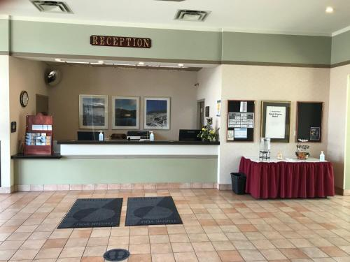 The lobby or reception area at Powell River Town Centre Hotel