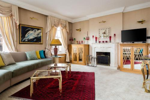 A seating area at Hyde Park View Marble Arch Apt