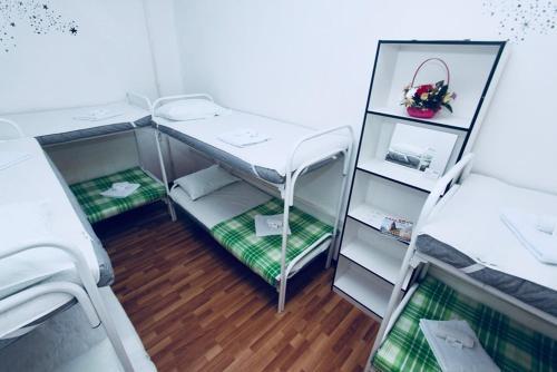 Двухъярусная кровать или двухъярусные кровати в номере Хостел Гости