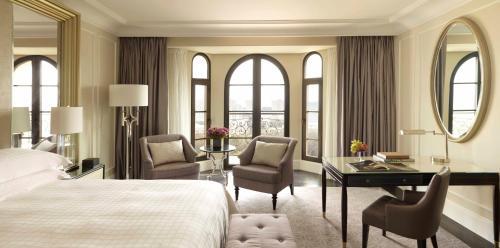 Uma área de estar em Four Seasons Hotel Baku