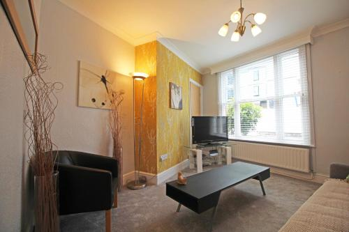 Queens Avenue - Central Chester Home - Sleeps 9