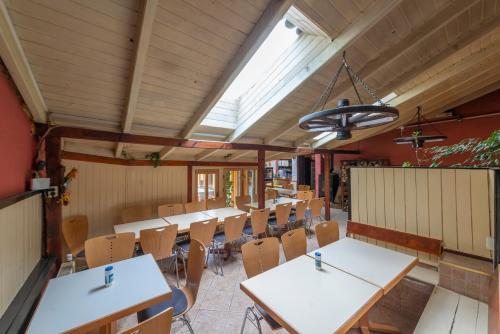 Um restaurante ou outro lugar para comer em Burg Hostel Sighisoara