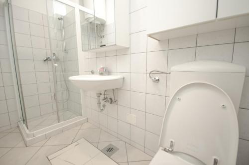 A bathroom at H2O Hostel