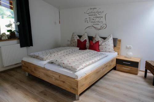 Ein Bett oder Betten in einem Zimmer der Unterkunft Ferienwohnungen Hechenblaikner