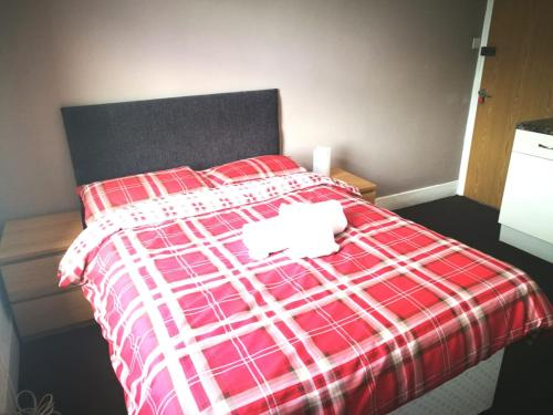 A bed or beds in a room at The Maidstone Guesthouse