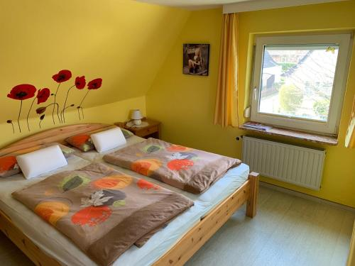A bed or beds in a room at Pension Kunterbunt Büsum