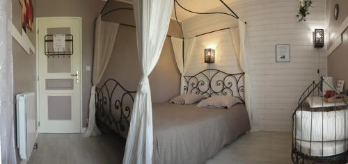 A bed or beds in a room at Au Coeur Du Bien Etre