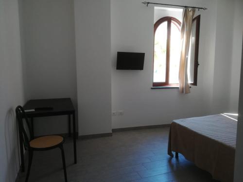 Télévision ou salle de divertissement dans l'établissement Hotel Faraglione