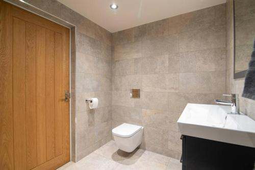 A bathroom at Luxury Coach house next to woodland in Knutsford