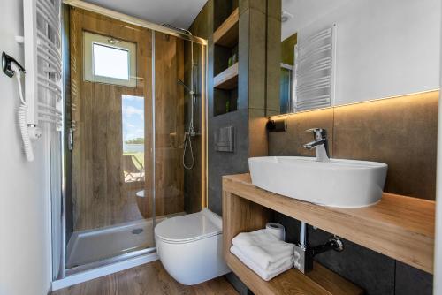 A bathroom at Pałac Warlity