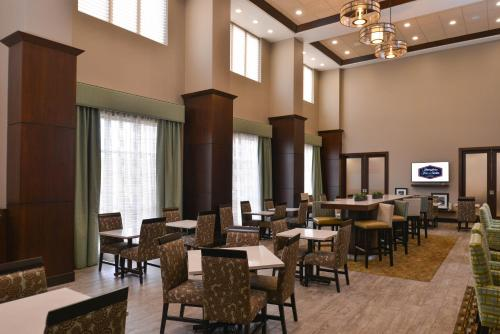 A restaurant or other place to eat at Hampton Inn & Suites Bend