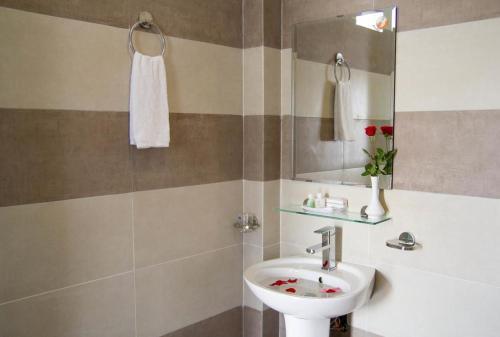 A bathroom at Poetic Hue Hotel & Spa
