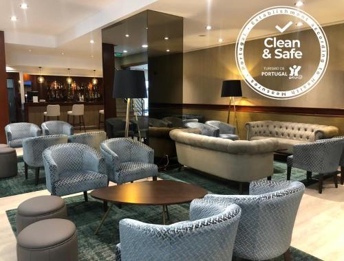 El salón o zona de bar de VIP Executive Zurique Hotel