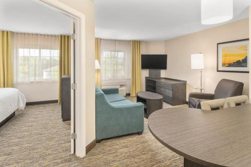 A seating area at Candlewood Suites Destin-Sandestin Area