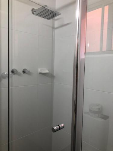 A bathroom at Commodore Motor Inn