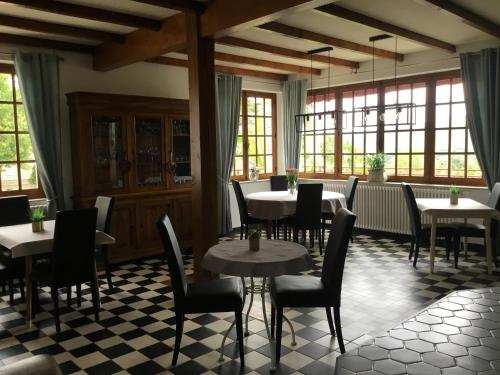 A restaurant or other place to eat at Chambres & Tables d'hôtes Le Pech Grand