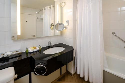 A bathroom at DoubleTree by Hilton Manchester Airport