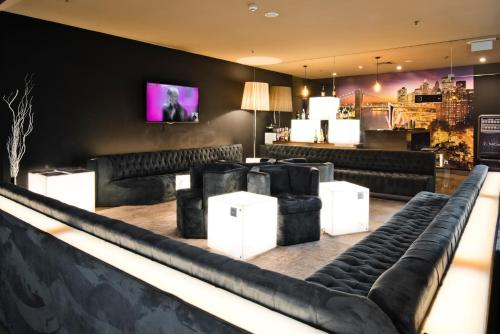 The lounge or bar area at Golden Tulip São João da Madeira Hotel