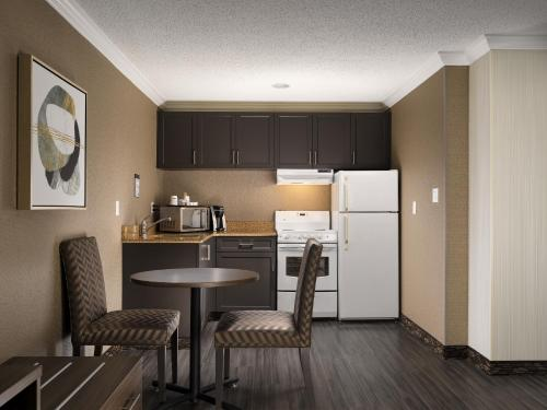 A kitchen or kitchenette at BEST WESTERN PLUS Carlton Plaza Hotel