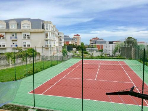 Tennis and/or squash facilities at Apartamento Valdenoja Playa Sardinero or nearby