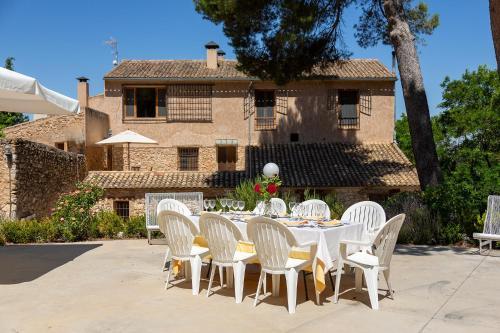 Un restaurante o sitio para comer en Hotel Rural Mas Fontanelles