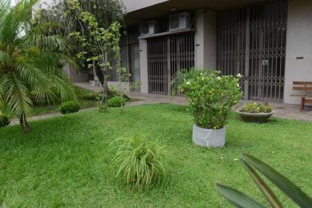 A garden outside Apartamento aconchegante e confortável