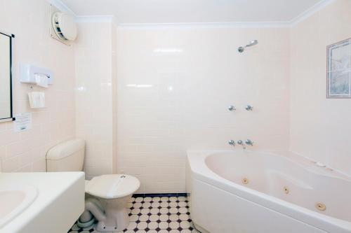 A bathroom at Mid City Motor Inn