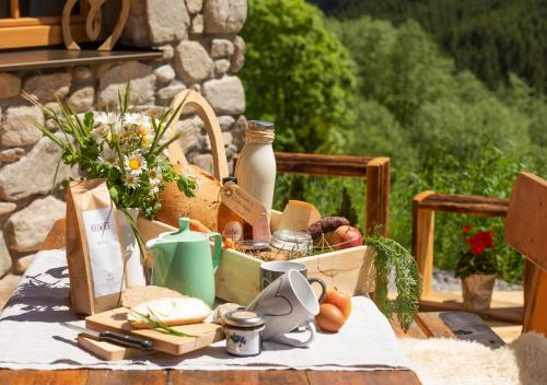 Breakfast options available to guests at Herzwies