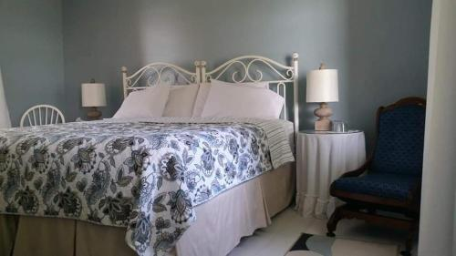 A bed or beds in a room at Dove House Bed & Breakfast Harbourside