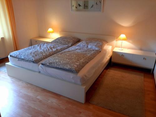 Ein Bett oder Betten in einem Zimmer der Unterkunft Ferienwohnungen Haus am Karpfenteich
