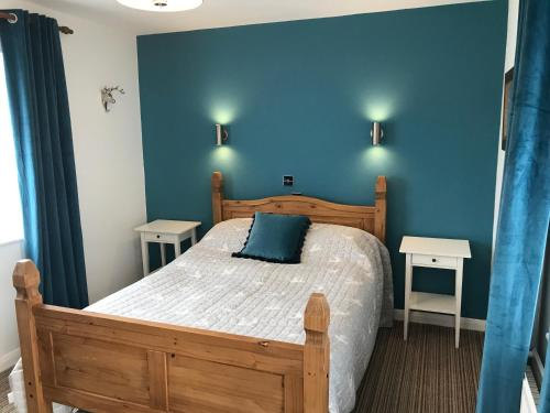 A bed or beds in a room at Chequers Inn