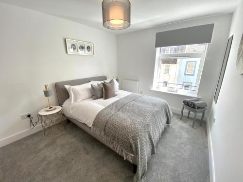 A bed or beds in a room at High Street, Luxury City Centre Apartment, 3 Bed