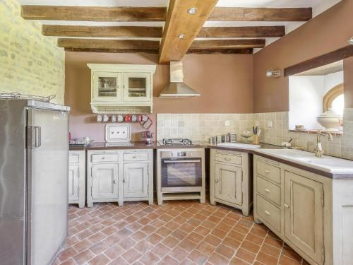 A kitchen or kitchenette at Lovely Farmhouse in Talon with Fireplace
