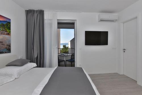 A television and/or entertainment centre at Villa Dalmatia Apartments