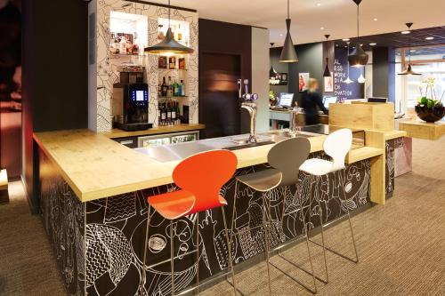 The lounge or bar area at ibis Reading Centre (new ibis rooms)