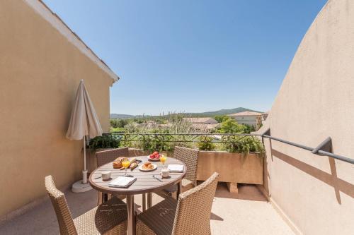 A balcony or terrace at Village Pierre & Vacances Pont Royal en Provence