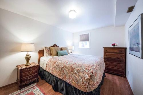 A bed or beds in a room at Alma Beach Manor