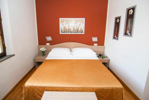A bed or beds in a room at Hotel La Colonna