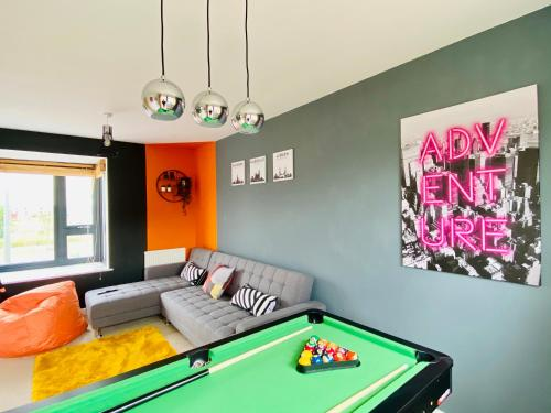Spacious House with Garden, Pool Table, Netflix & Free Parking! Perfect for Contractors, Families and Groups by Yoko Property