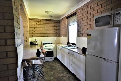 A kitchen or kitchenette at Albury Allawa Motor Inn