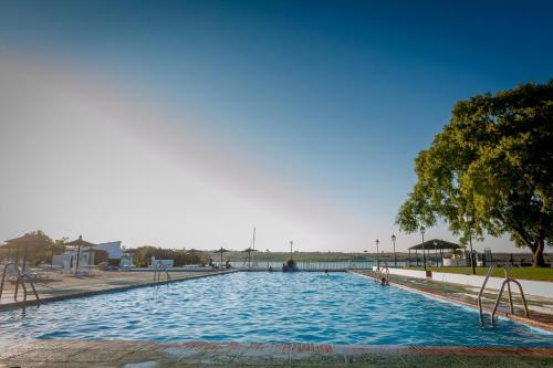 The swimming pool at or near Mesón de la Molinera