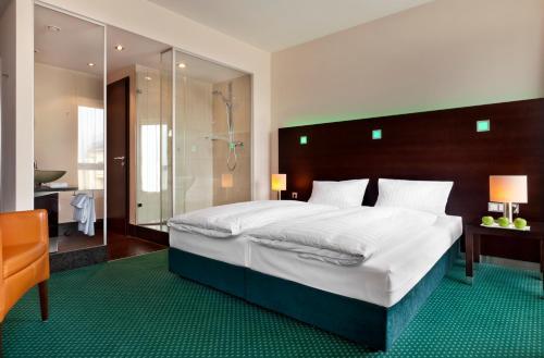 Een bed of bedden in een kamer bij Flemings Hotel Frankfurt Hamburger Allee